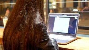 Funktionsduglig bärbar dator för kvinna stock video