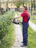 Funktionsduglig buskebeskärare för man Arkivbilder