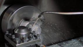Funktionsduglig drejbänk a för metall i fabrik Bearbeta med maskin process på seminariet för reparation Modern bearbeta teknologi arkivfilmer