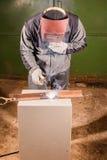 Funktionsduglig fabrik för Welder som svetsar metallen Fotografering för Bildbyråer