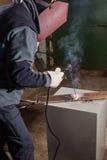 Funktionsduglig fabrik för Welder som svetsar metallen Arkivfoto