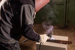 Funktionsduglig fabrik för Welder som svetsar metallen Royaltyfri Foto