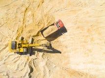 Funktionsduglig grävskopa och lastbil Fotografering för Bildbyråer