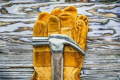 Funktionsduglig handskejordluckrarehammare på träbräde Arkivbild