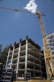 Funktionsduglig kran på konstruktionen av huset Royaltyfri Foto