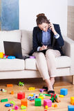 Funktionsduglig kvinna bland barns leksaker Fotografering för Bildbyråer