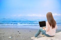 Funktionsduglig kvinna för härlig affär som använder Iphone Ipad, medan arbeta royaltyfria foton