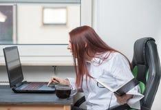 Funktionsduglig kvinna för inrikesdepartementet, små och medelstora företag arkivfoton