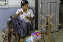 Funktionsduglig kvinna, genom att väva Royaltyfria Foton
