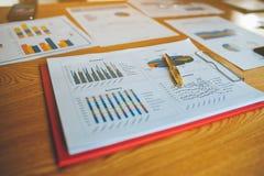 Funktionsduglig lyckad affärsman In för skrivbord och för arbetsdokument deras arbete och i annat arbete Det kvalitets- laget har Arkivbild