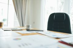 Funktionsduglig lyckad affärsman In för skrivbord och för arbetsdokument deras arbete och i annat arbete Det kvalitets- laget har Arkivfoto