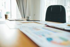 Funktionsduglig lyckad affärsman In för skrivbord och för arbetsdokument deras arbete och i annat arbete Det kvalitets- laget har Arkivfoton