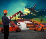 Funktionsduglig man i den logistiska affären som arbetar i contai arkivbilder