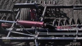 Funktionsduglig mekanism av kärna urmaskinen Såddtid för vete på en kornlantgård arkivfilmer