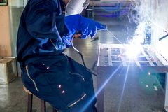 Funktionsduglig person om maskinen för welderstålsvetsning fotografering för bildbyråer