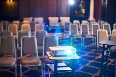 Funktionsduglig projektor på konferenskorridoren Arkivbild