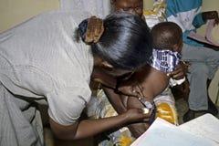 Funktionsduglig sjuksköterska i HJÄLPMEDELsjukhuset TASO Kampala Arkivfoton