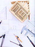 Funktionsduglig tabell för arkitekt med planhemmodellen och handstilinstrum Arkivbilder