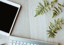 Funktionsduglig tabell för kontor, arbetsdagspå trätabellen med minnestavlan och tangentbord royaltyfri foto