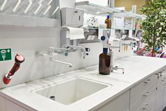 Funktionsduglig tabell i kemiskt laboratorium Royaltyfri Fotografi