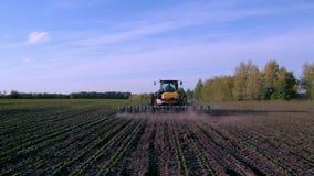 Funktionsduglig traktor och odlare i fältet Skjuta med kranen lager videofilmer