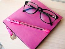 Funktionsduglig uppsättning av blomman för penna för exponeringsglas för anteckningsbok för affärskvinnor Royaltyfria Foton