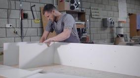 Funktionsduglig vuxen man i enhetlig danandeställning med vita paneler i garage stock video
