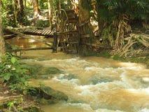 Funktionsduglig watermill rullar in strömmen Arkivfoto