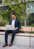 Funktionsduglig yttersida för stilig ung affärsman på hans bärbar dator arkivbilder