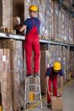 Funktionsdugliga arbetare i en fabrik Arkivfoto