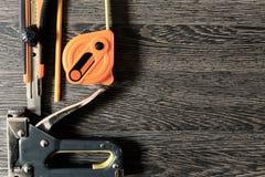 Funktionsdugliga hjälpmedel på träbakgrund royaltyfria bilder