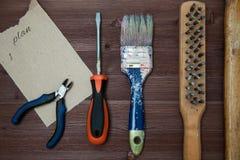 Funktionsdugliga hjälpmedel som läggas ut på en träbakgrund Begrepp av konstruktion, träbakgrund, utrymme för text Top beskådar arkivfoto
