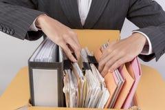 Funktionsdugliga kvinnor som rymmer dokument arkivfoton