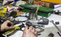 Funktionsdugliga män med smutsiga händer och hjälpmedel Arkivbilder