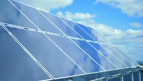 Funktionsdugliga paneler på himmelbakgrunden, slut upp Grönt energibegrepp för alternativ stock video