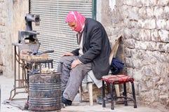 Funktionsdugliga skor för skomakare i staden av Aleppo Arkivfoton