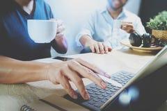 funktionsdugliga websiteformgivare för Co som arbetar på kontoret och innehavet per koppen Royaltyfria Foton