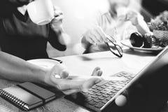 funktionsdugliga websiteformgivare för Co som arbetar på kontoret och innehavet per koppen Fotografering för Bildbyråer