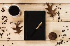 Funktionsdugligt begrepp Dagbok med pennan, koppen kaffe och muffin royaltyfri foto