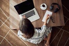 Funktionsdugligt hem- begrepp - kvinna som använder en bärbar datordator för hemmastadd bästa sikt för arbete royaltyfria bilder