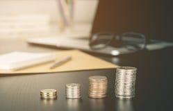 Funktionsdugligt skrivbord för affärsman med det växande myntet för växande investering Royaltyfria Bilder