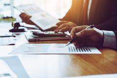 Funktionsdugligt yrkesmässigt lagligt dokument för advokat i mötesrum arkivbilder