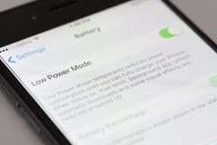 Funktionsläge för låg makt av en iPhone som kör iOS 9 Arkivbilder