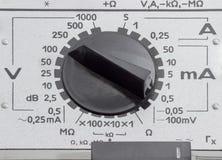 Funktionslägeströmbrytare av den gamla parallella multimetercloseupen royaltyfria foton