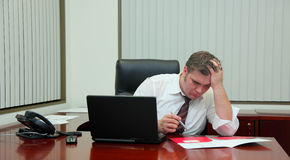 Funktionsmann in einem Büro Lizenzfreie Stockfotografie