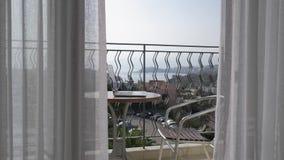 Funktionsraum auf der Terrasse Es gibt eine Tabelle mit einem Laptop auf der Terrasse 4K stock video footage