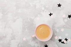 Funktionsschreibtisch der Frau mit Tasse Kaffee und geöffneter Draufsicht des Umschlags Flache Lage Stockfotos