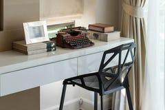 Funktionstabelle mit Schreibmaschine und Büchern Stockbilder