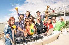 Funky hipstermensen die selfie en pret hebben samen bij zijn nemen royalty-vrije stock foto