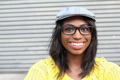 Funky stijlschoonheid Portret van mooie jonge Afrikaanse vrouw die in glazen en funky hoed terwijl status glimlachen stock afbeeldingen